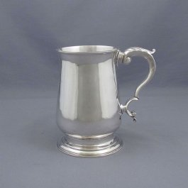 A George III silver pint mug by Samuel Godbehere & Edward Wigan , London 1793. Baluster shaped on ring foot with acanthus