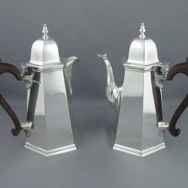 A superb quality English sterling silver café au lait set by D & J Welby, hallmarked London 1923. Comprising a coffee pot