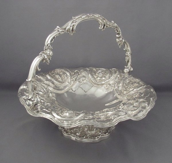 Fine quality William IV sterling silver cake basket by John Settle & Henry Wilkinson, hallmarked Sheffield 1830. Circular with