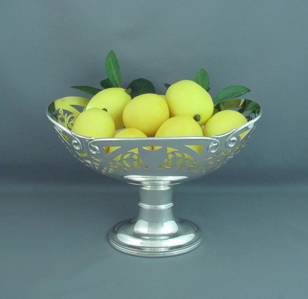 An antique English sterling silver centrepiece bowl or basket by Daniel George Collins, hallmarked Sheffield 1908. Oval body on