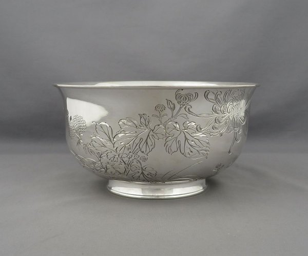 fine quality Japanese Meiji period silver bowl by Musashiya, Yokohama c. 1900. Circular on ring foot, the sides engraved with